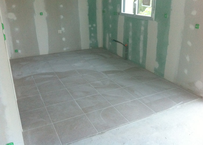 Pose des carreaux de carrelage for Pose de parquet sur carrelage