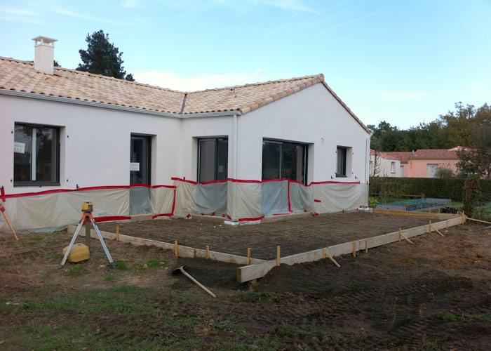Terrasse b ton ext rieure r alis e c t jardin - Combien de temps construction maison ...