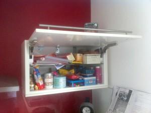 Meuble haut de cuisine fixé sur du placo
