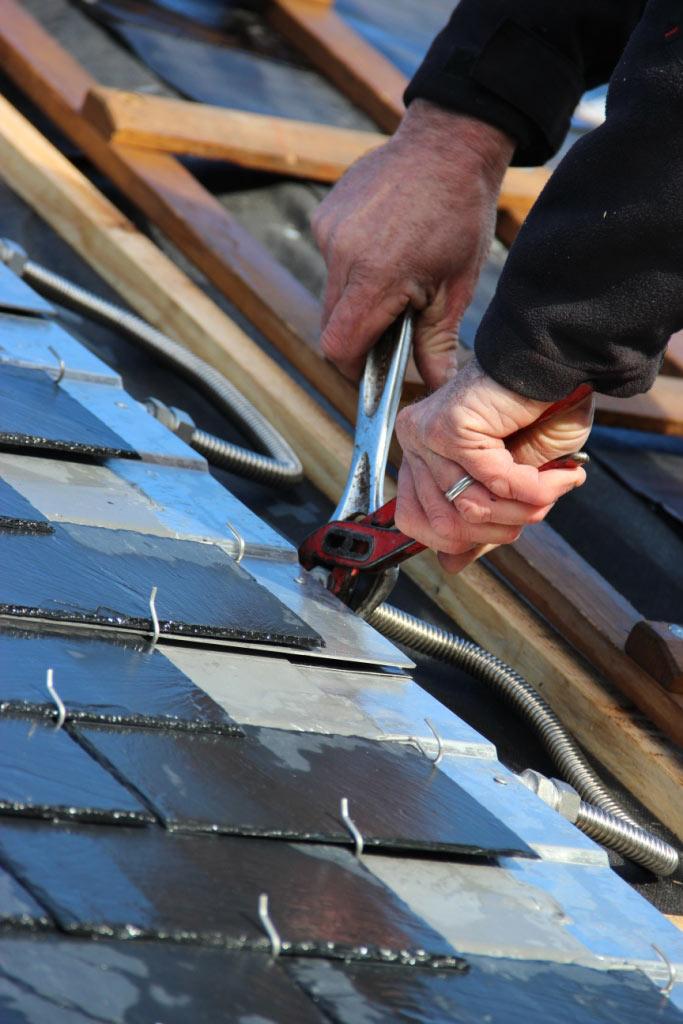 Des panneaux solaires invisibles en ardoise naturelle for Pose d un velux sur ardoise