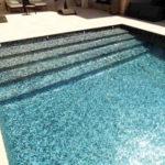 Escaliers en mosaïque pour accès piscine