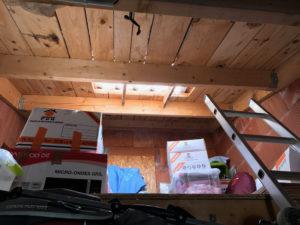 Intérieur du garage sous les tuiles de verre